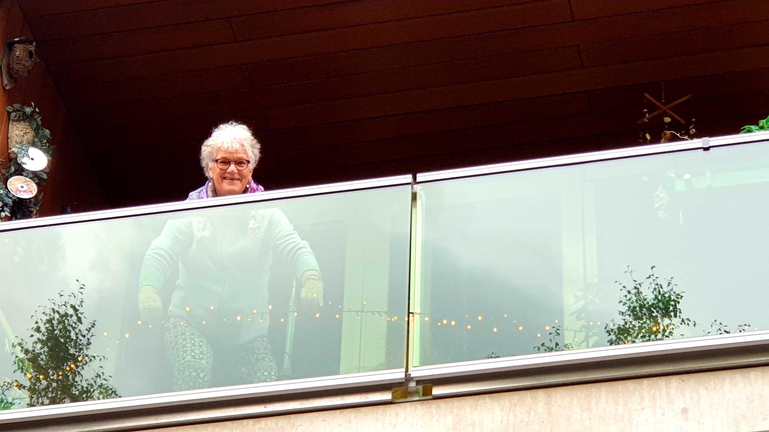 BT_TIP-UIT-DE-STAD-Henny-laat-de-kerstverlichting-liggen-op-haar-balkon,-zo-creert-zij-een-lichtpuntje-in-de-stad